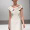 Linee asimmetriche per un effetto minimal di alta classe per questo modello Toi Couture. Foto via Facebook