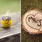 Detalle de madera con las iniciales de los novios para posar los anillos. Foto: Sarah Culver