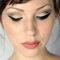 Linee da gatta per l' eyeliner must. Foto via Wed book