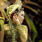 Indonesia: las mujeres se ponen grandes tocados y algunas unos característicos adornos colgantes.