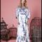 Vestido de novia color blanco con estampado floral en color azul y mangas largas voluminosas para Pre Fall 2014 - Foto Lela Rose