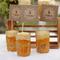 Hochzeitsdeko mit Gläsern und Vasen. Foto: Wedding Chicks