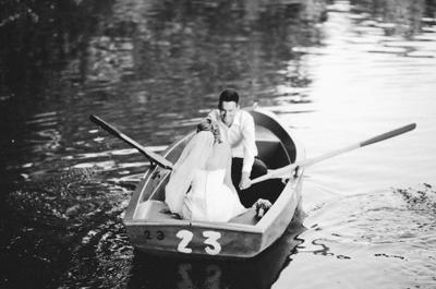 Sesión fotográfica de bodas en un lago