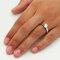 Der 1,00 kt Diamant erstrahlt auf der Hand.