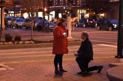 Romántica propuesta de matrimonio utilizando una aplicación móvil