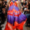 Robe Emilio Pucci 2015 très vaporeuse avec des imprimés de couleurs vives.