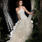 Vestido de novia largo en color blanco con escote asimétrico y falda voluminosa