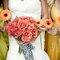O laranja está no buquê da noiva e nos das madrinhas. Foto: Layla Eloá