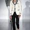 Pantalon noir et veste blanche avec des rayures sur le col
