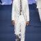 Traje de chaqueta blanco y camisa blanca con corbata azul estampada.