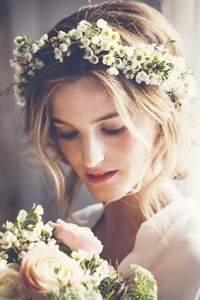 Apuesta por las coronas de flores para novias 2016
