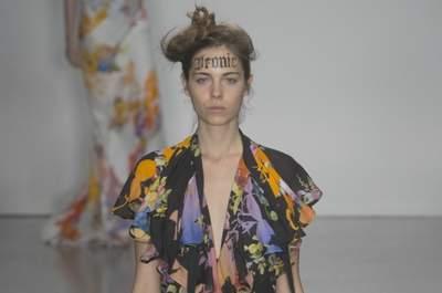 Os looks de Vivienne Westwood Primavera/Verão 2015: o toque diferente que você buscava para uma festa