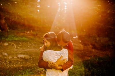 20 hermosas fotografías de novios en escenarios naturales ¡Enamórate de los paisajes!