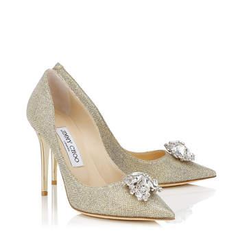 Pisa elegante de camino al altar con estos zapatos para clima frío