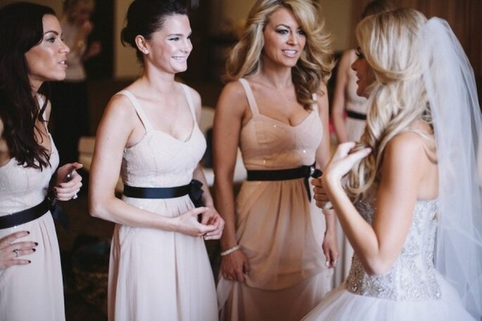 Tus damas de boda con vestidos de fiesta en color nude - Foto Taylor Made Art