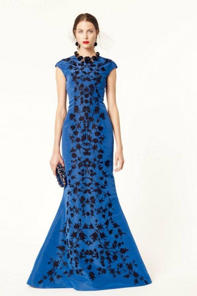 Vestido de fiesta 2014 en color azul rey con mangas cortas y estampado de flores en color negro - Foto Oscar de la Renta