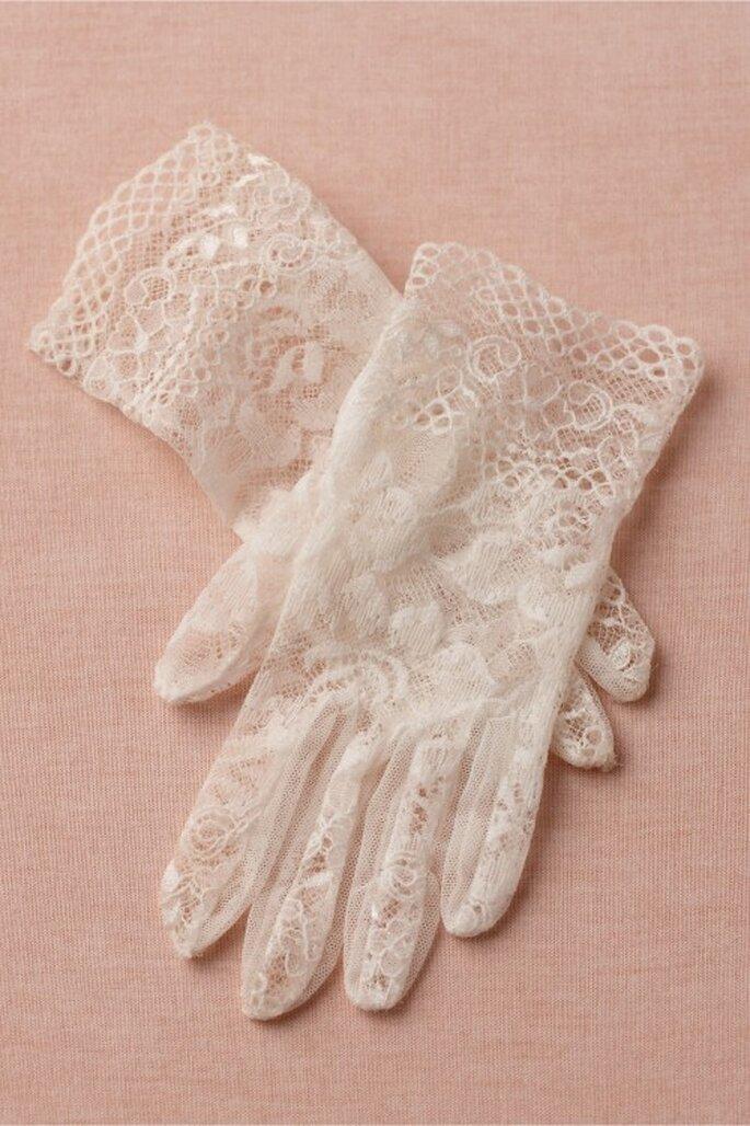 Guantes para novia con estilo elegante y textura calada para una novia soñadora - Foto BHLDN