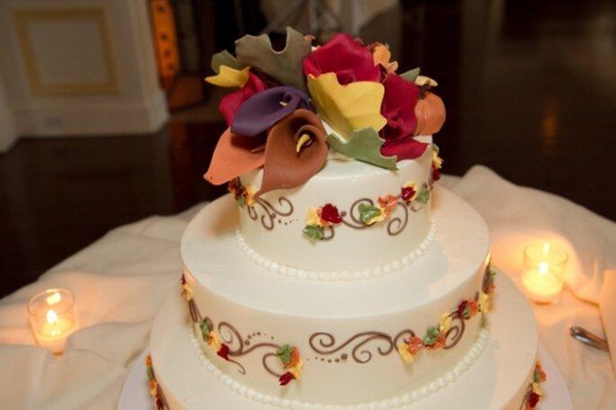 Pastel de bodas con follaje de otoño Nueva Inglaterra de Dessert Works.
