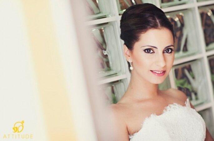 Novia con aretes de diamantes y perla - Foto: Attitude Fotografia