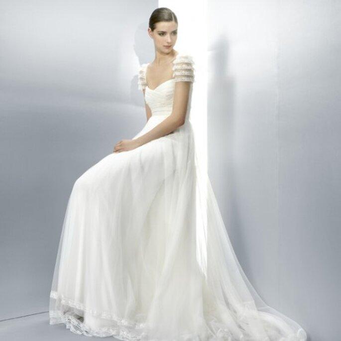 Vestido de novia 2013 en color blanco corte imperio con mangas cortas - Foto Jesús Peiró