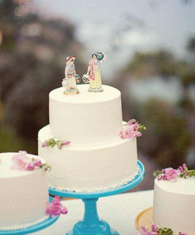 Pastel de boda blanco, redondo a 2 niveles, detalle en rosa y personajes decorativos