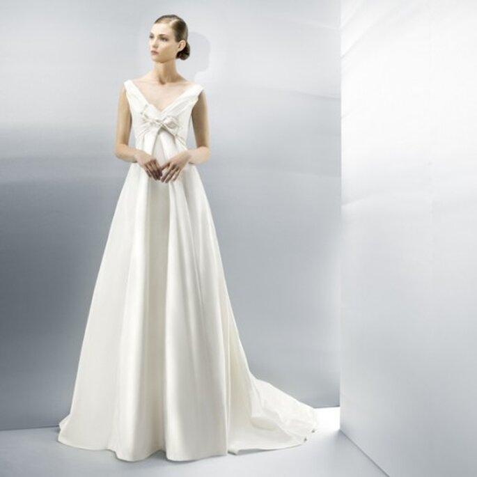 Vestido de novia 2013 en color blanco con cauda larga y escote extendido en V - Foto Jesús Peiró