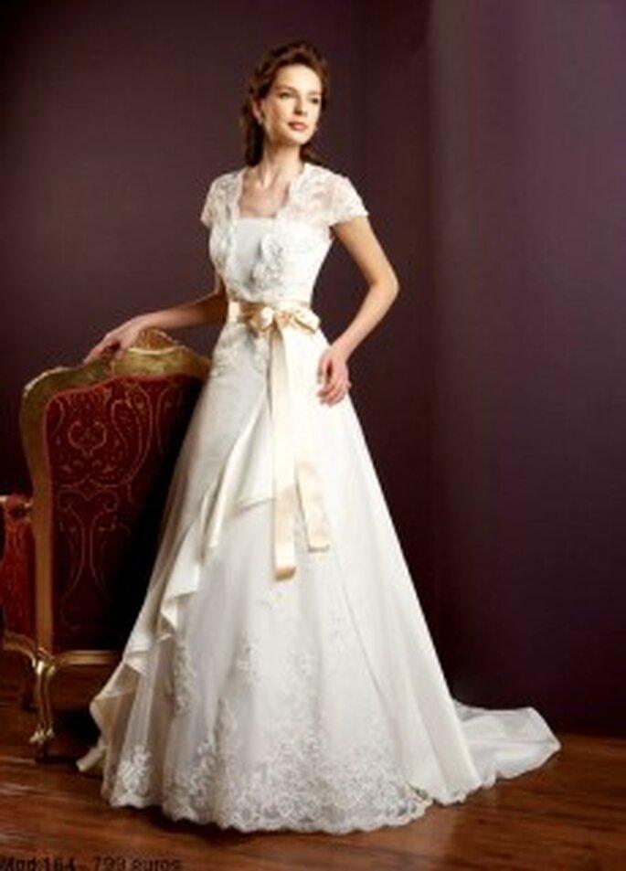 Mercanovias 2010 - Vestido largo de corte princesa, con encaje, cinturon lazado dorado, manga corta