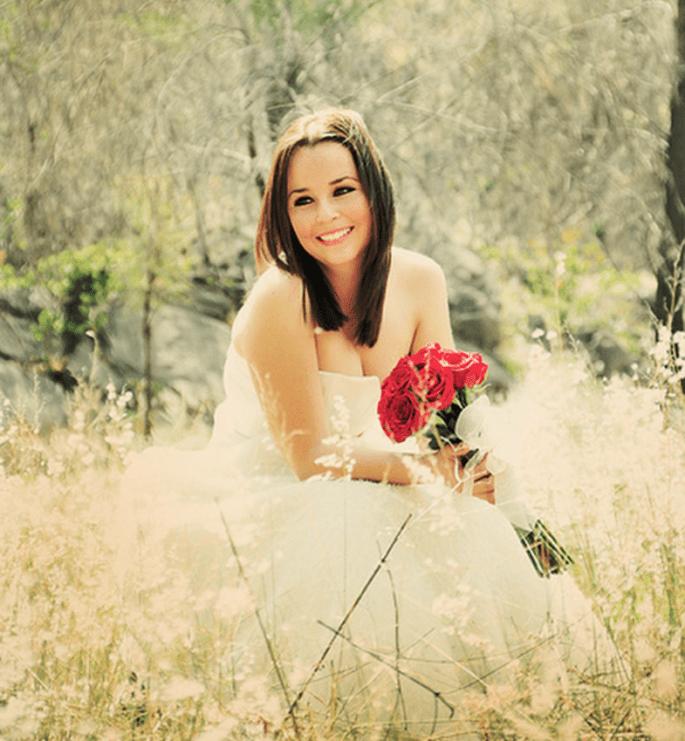 Angie en su sesión de fotos Trash the Dress con un ramo de novia en color rojo intenso - Foto Casa Fragma