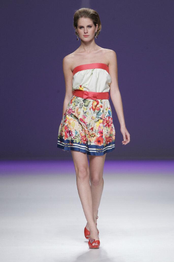 Vestido corto strapless con estampado floral. Diseño de AnaTorres. Foto: Ugo Camera / Barcelona Bridal Week