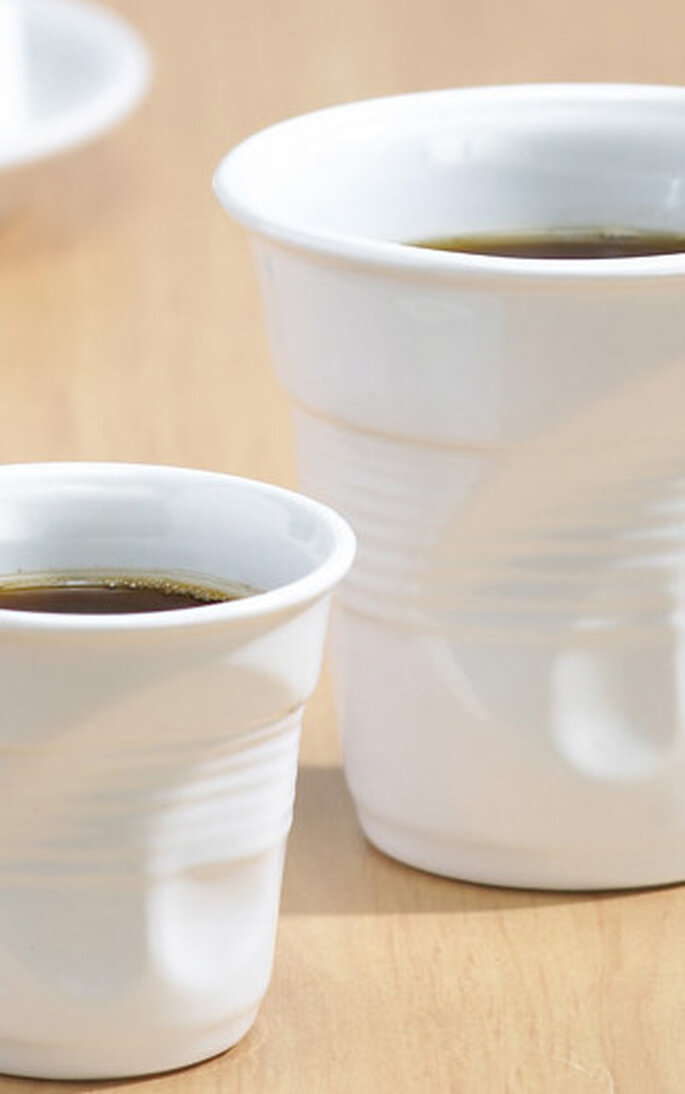 Simpatici bicchieri in ceramica a forma di bicchieri di plastica