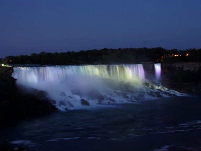 Niagarafälle bei Nacht. Foto: Maria Lanznaster / pixelio.de