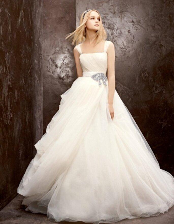 Vestido de novia económico con un elegante cinto de diamantes - Foto David's Bridal