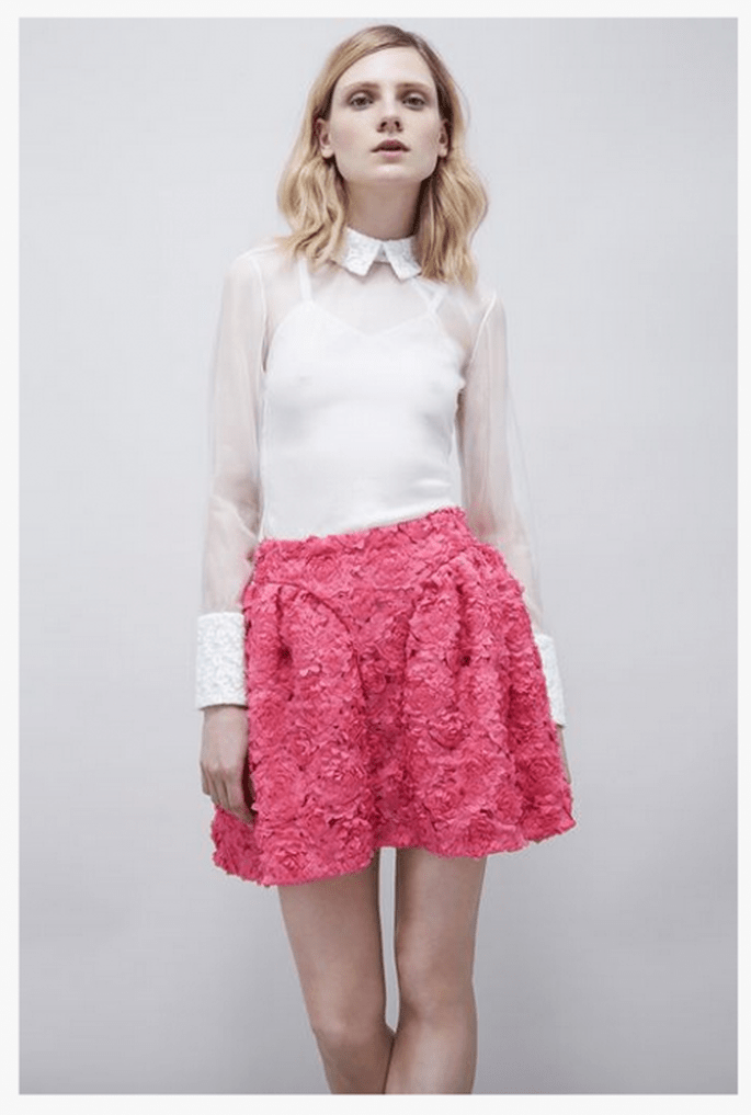 Falda corta texturizada en color rosa intenso con blusa en tono blanco - Foto Jil Stuart