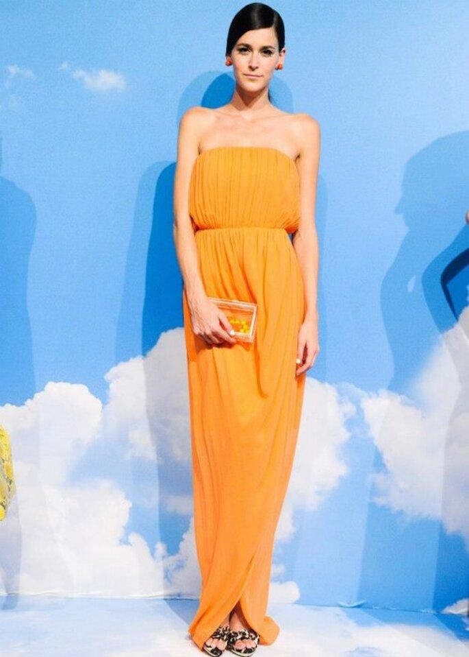 Vestido de fiesta en color naranja brillante con escote strapless y tela holgada - Foto Alice + Olivia