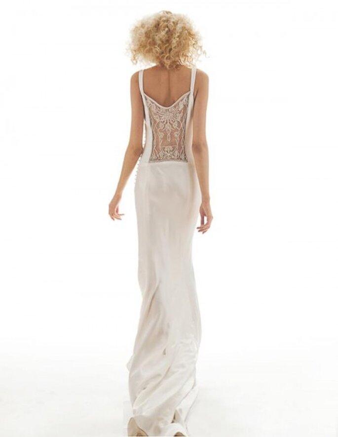 Vestido de novia vintage con espalda enmarcada con transparencias y bordados - Foto Elizabeth Fillmore