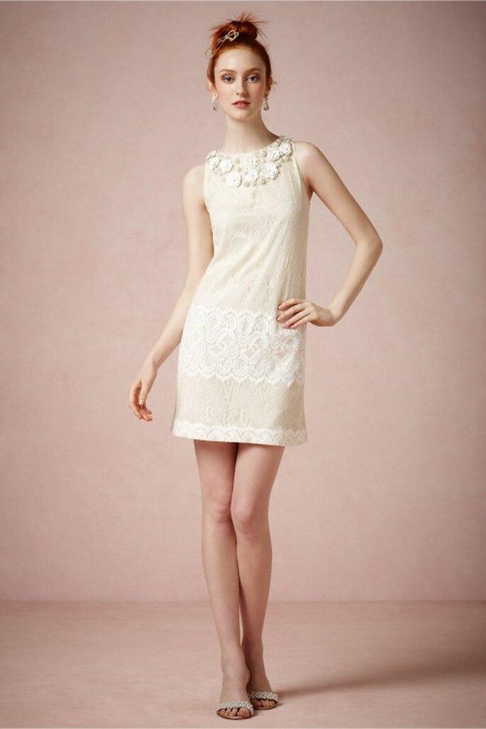 Vestido de novia corto con apliqués en el escote y corte recto - Foto BHLDN