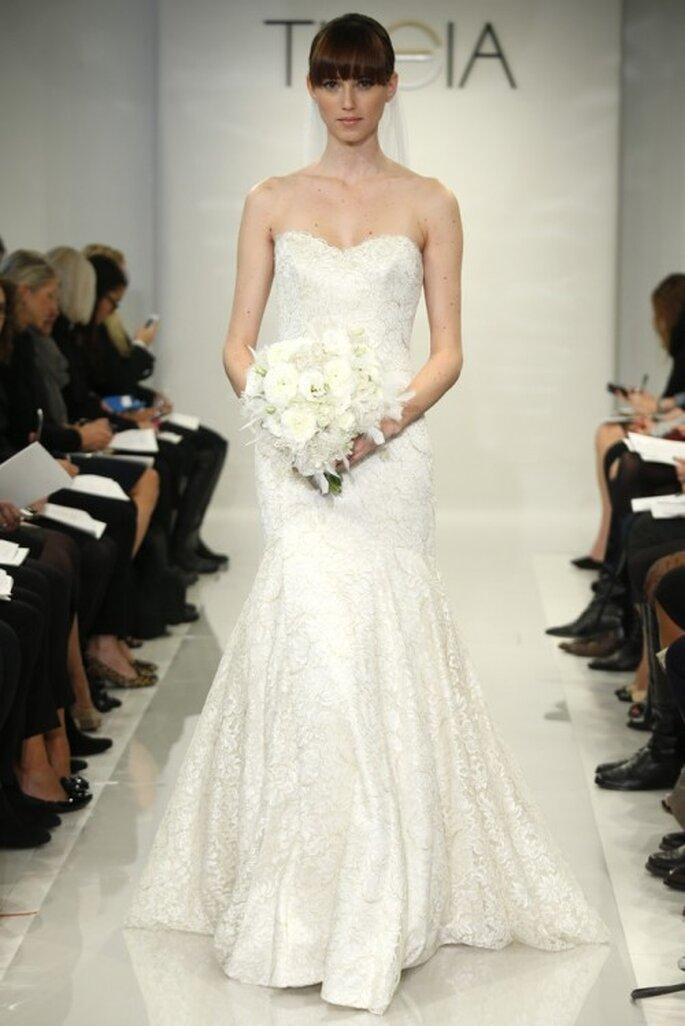 Vestido de novia corte sirena con escote strapless y falda con caída elegante - Foto Theia