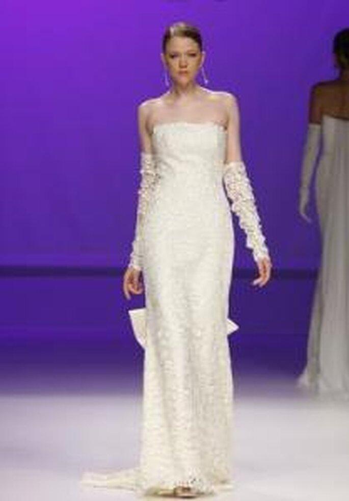Novia D'Art 2010 - Vestido largo en encaje, escote palabra de honor, con guantes sin dedos en encaje largos