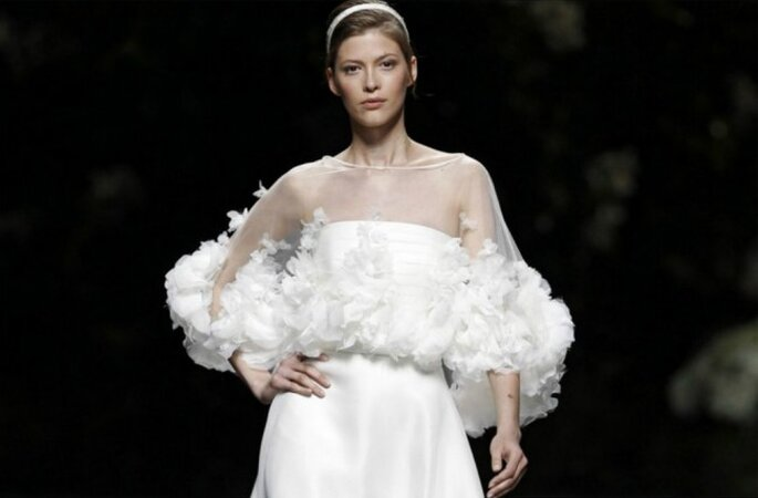 Vestido con capa corta de Pronovias 2013