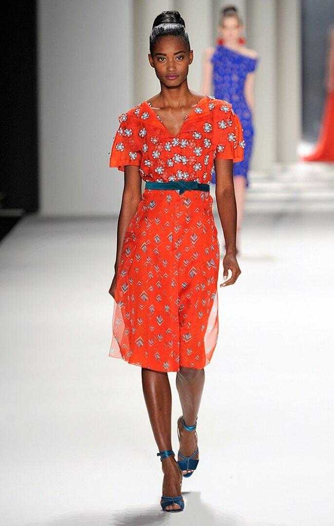 Vestido rojo de organza con estampado de rombos y bordado de plumas con esmalte turquesa. Foto: www.carolinaherrera.com