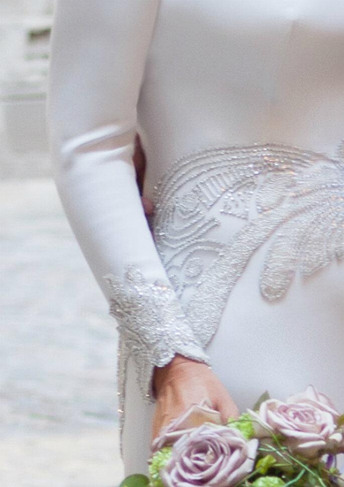 Incrustaciones de pedrería y detalle del ramo de novia - Foto Rosa Clará