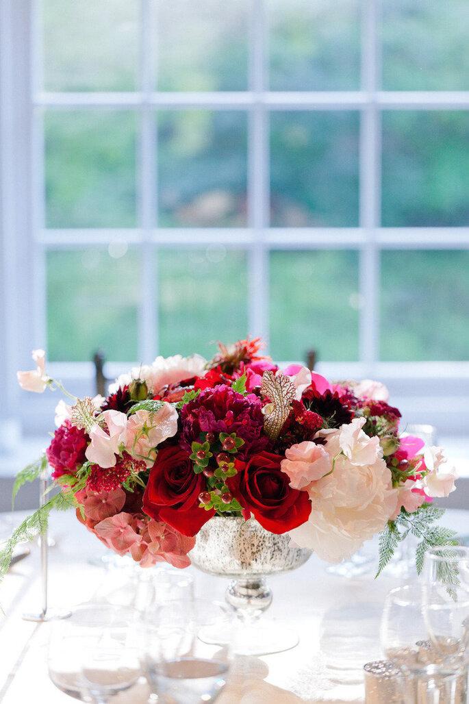 Centros de mesa con flores en color marsala - Erin Hearts Court