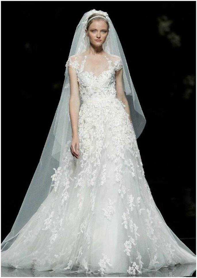 Vestido de novia con escote en uve. Foto: Pronovias