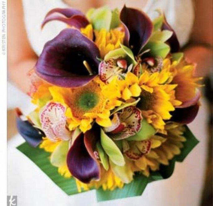 Im Herbst dürfen kräftige und leuchtende Farben den Brautstrauß dominieren – Foto: Kristen-Photography