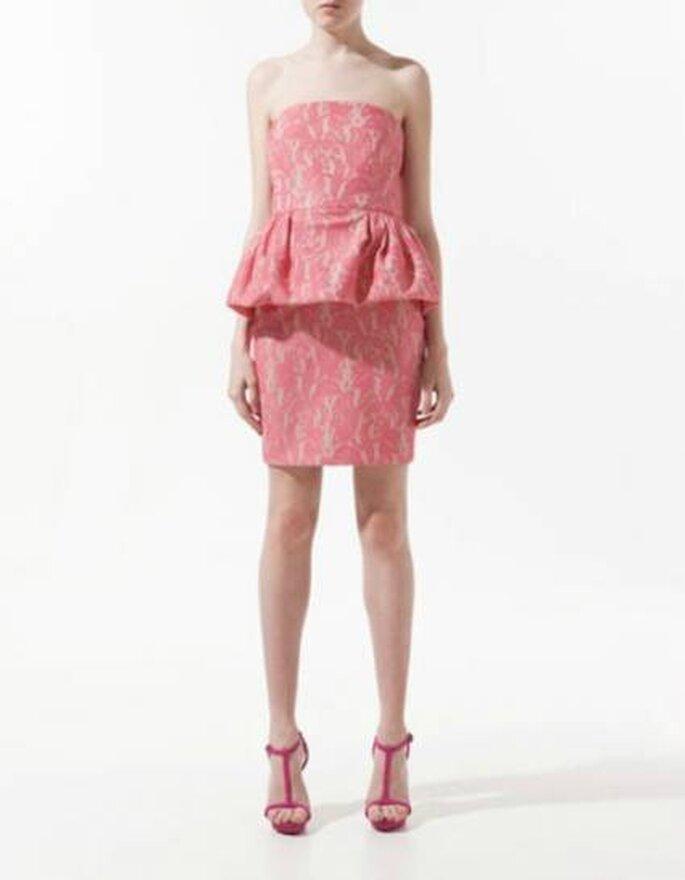 Vestido corto en tono rosa de Zara. Foto: www.zara.com