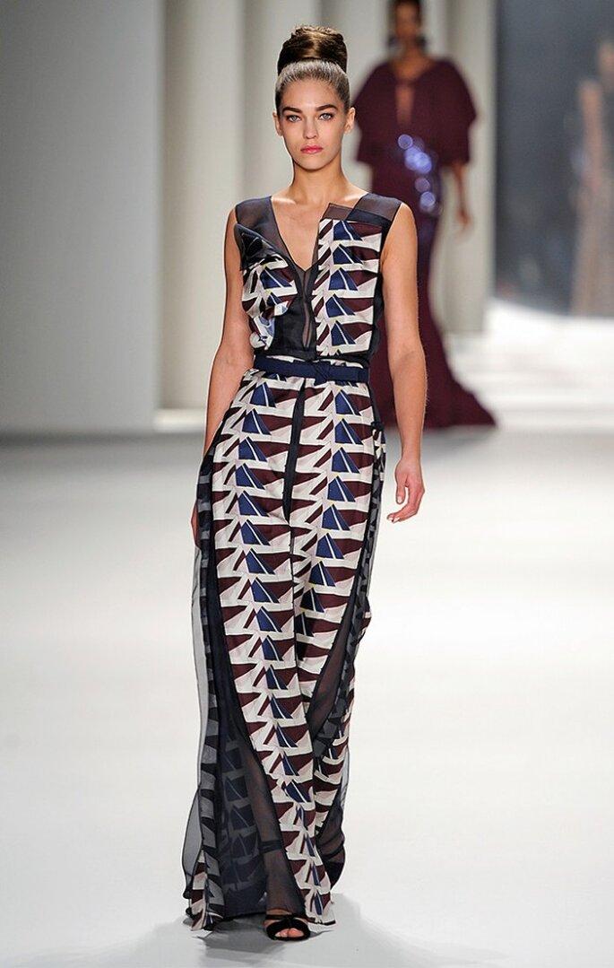 Vestido largo de sarga de seda y organza con estampado geométrico de montañas. Foto: www.carolinaherrera.com
