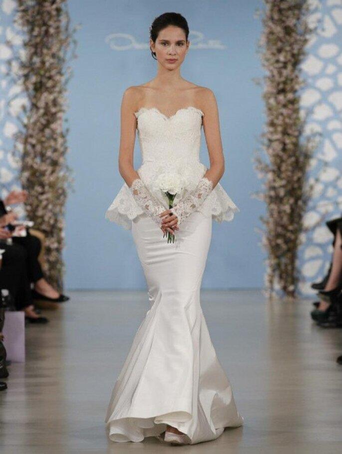 Vestido de novia ceñido con silueta peplum y detalles de encaje en escote y falda - Foto Oscar de la Renta