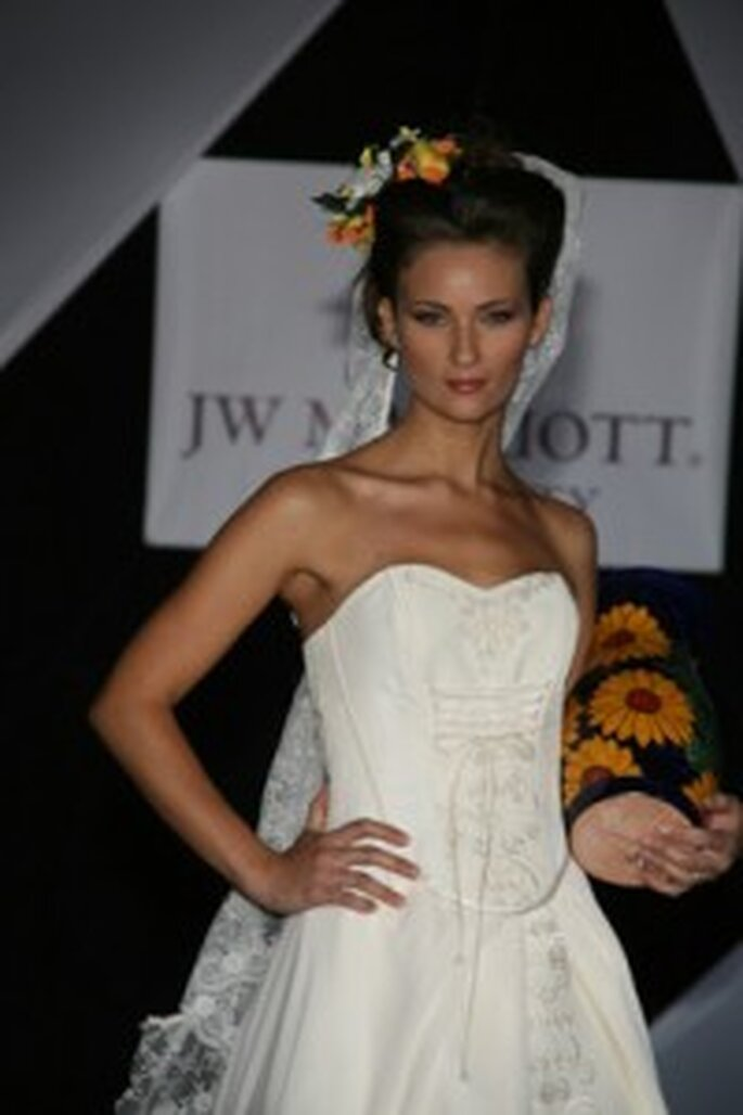 Un hermoso vestido strappless con bellísimos bordados hechos a mano