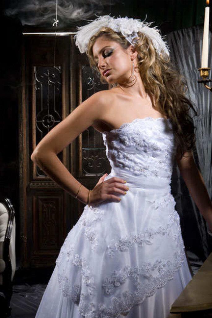 Vestido íntegramente bordado con tocado de plumas