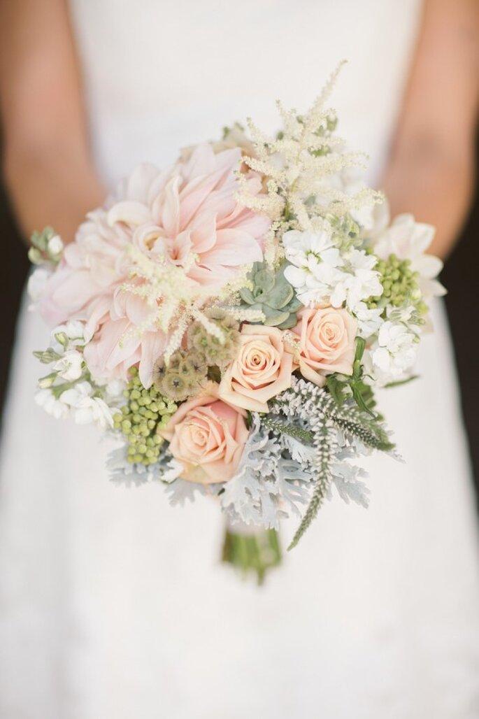 El ramo perfecto de novia para deslumbrar con tu estilo - Foto Cluney Photo